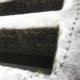 Oude muur met sneeuw erop waar vogelpootjes instaan, als de weg die de vogel gaat
